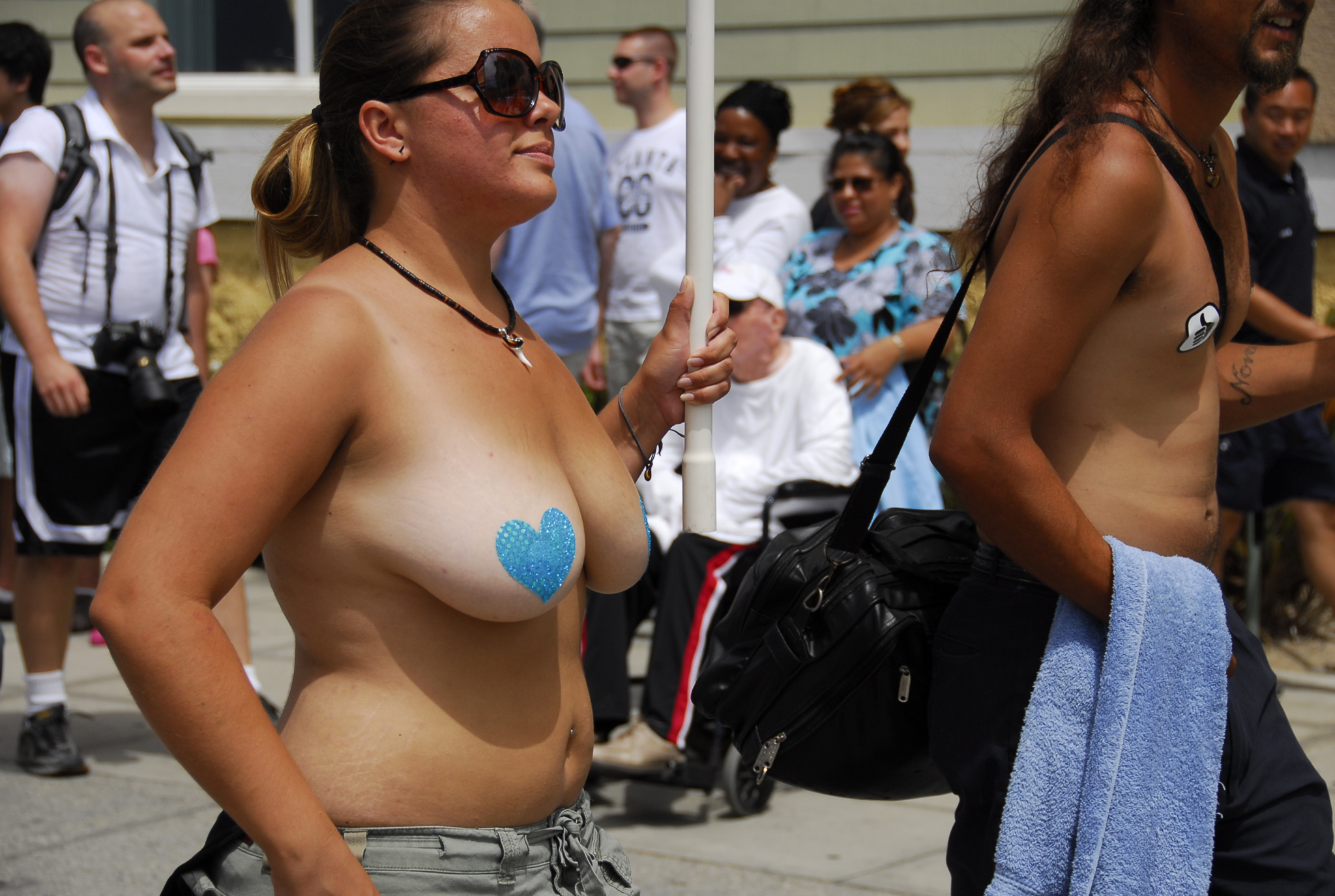 Women are squishing their boobs into hearts on social media